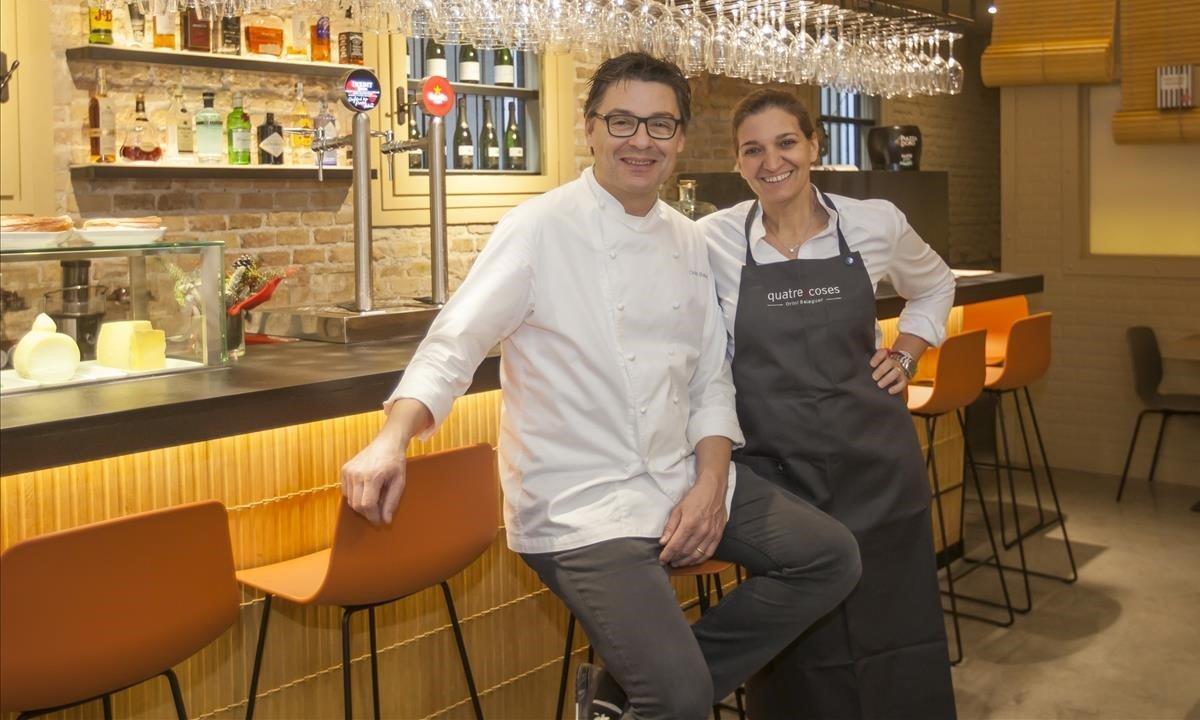 Oriol Balaguer y Marta Rams, sentados en la barra de Quatre Coses.