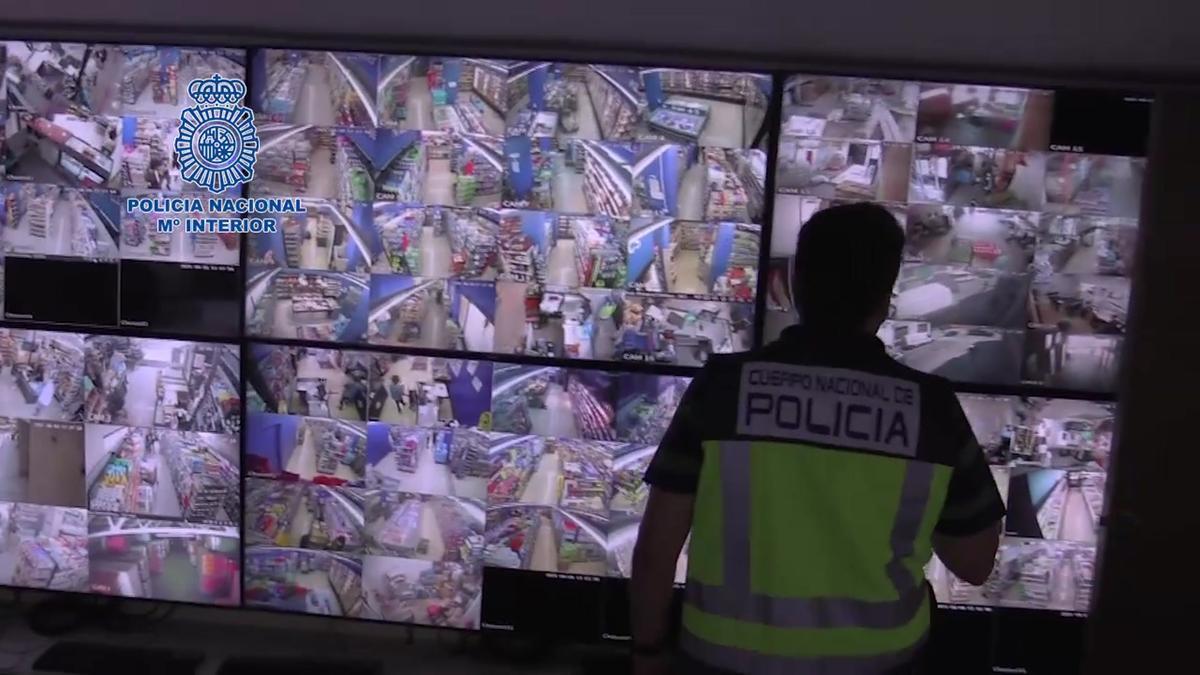 La Policía Nacional desmantela en Barcelona una organización dedicada a la explotación laboral de extranjeros en supermercados.