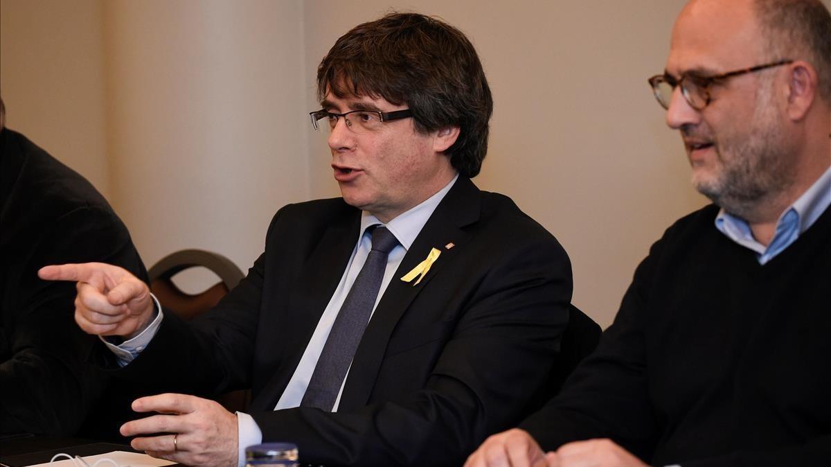 Carles Puigdemont reunido con losdiputados de JxCat, en Bruselas.