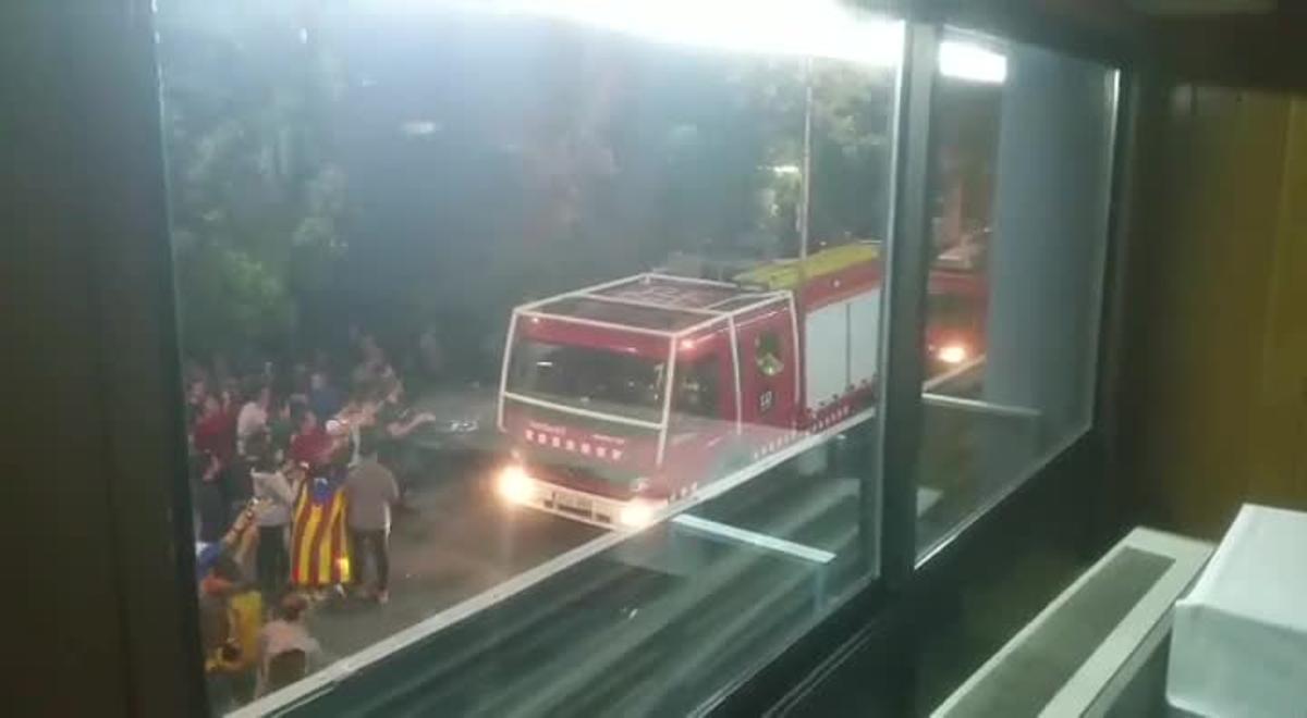 El 4 de octubre de 2017, los bomberos de La Seu d'Urgell lideraron un escrache nocturno contra los guardias civiles alojados en un hotel de la localidad. Este vídeo fue grabado por uno de los agentes desde el interior del hotel.